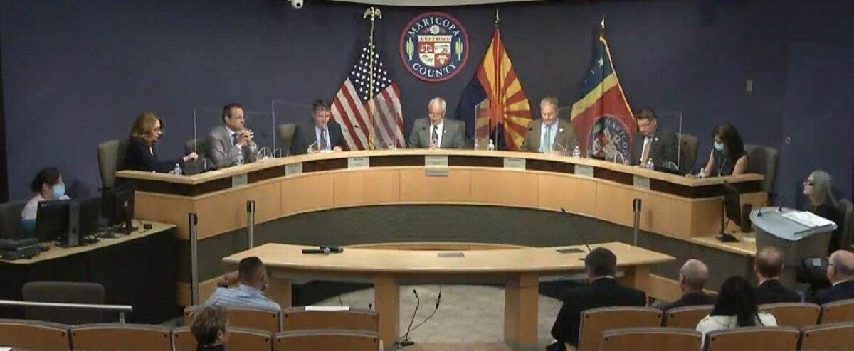 En esta imagen del video capturado del sitio web de la Junta de Supervisores del Condado de Maricopa, el presidente Jack Sellers, centro, y los miembros mantienen una reunión sobre las solicitudes del Senado de Arizona en el condado de Maricopa, Arizona, el 18 de mayo de 2021. (Captura de pantalla a través de The Epoch Times)