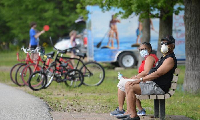 Un hombre y una mujer en el Parque del Lago Creve Coeur en Maryland Heights (Misuri) el 25 de mayo de 2020. (Michael Thomas/Getty Images)