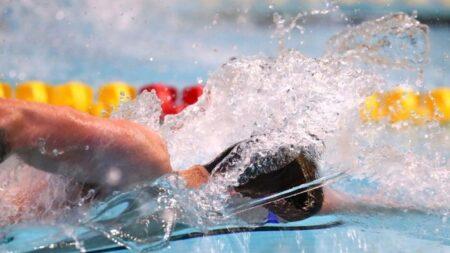 Nadador olímpico que entrenó en una piscina para niños durante la pandemia, gana el oro en Tokio