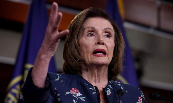 La presidenta de la Cámara de Representantes de EE.UU., Nancy Pelosi (D-Calif.), asiste a su conferencia de prensa semanal en el edificio del Capitolio en Washington el 22 de julio de 2021. (Anna Moneymaker/Getty Images)