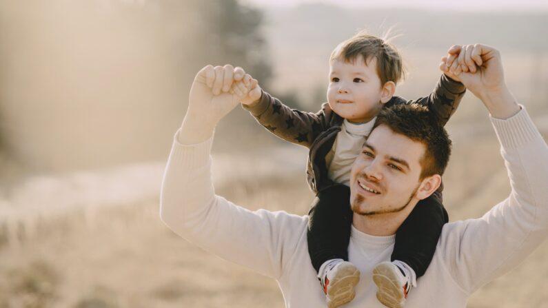 Un padre con su hijo en una tarde campirana. Foto de Gustavo Fring en Pexels.