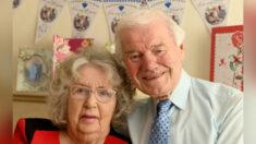 Esposo de 87 años guarda en su cartera una foto de su esposa de tamaño de sello postal desde 1950