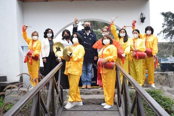 Practicantes de Falun Dafa participaron amenizando la inauguración tocando tambores de cintura vestidos con trajes tradicionales chinos.