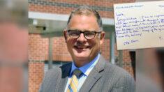 Director de escuela escribe notas personalizadas a todos sus 459 graduados como una amorosa labor