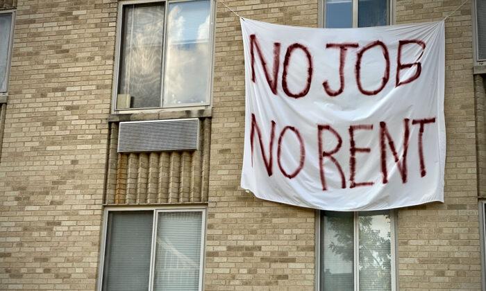 """Una pancarta contra el desalojo de inquilinos en la que se lee """"sin trabajo, no hay alquiler"""" se exhibe en un edificio en Washington el 9 de agosto de 2020. (Eric Baradat/AFP a través de Getty Images)"""