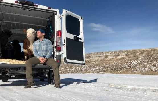 Hombre conduce con su vaca mascota más de 2200 millas por EE.UU. para intentar salvarle la vista