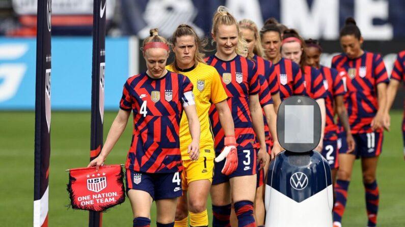El equipo de fútbol femenino de Estados Unidos antes de un partido con México en el estadio Pratt & Whitney en Rentschler Field en East Hartford, Connecticut, el 05 de julio de 2021. (Elsa/Getty Images)