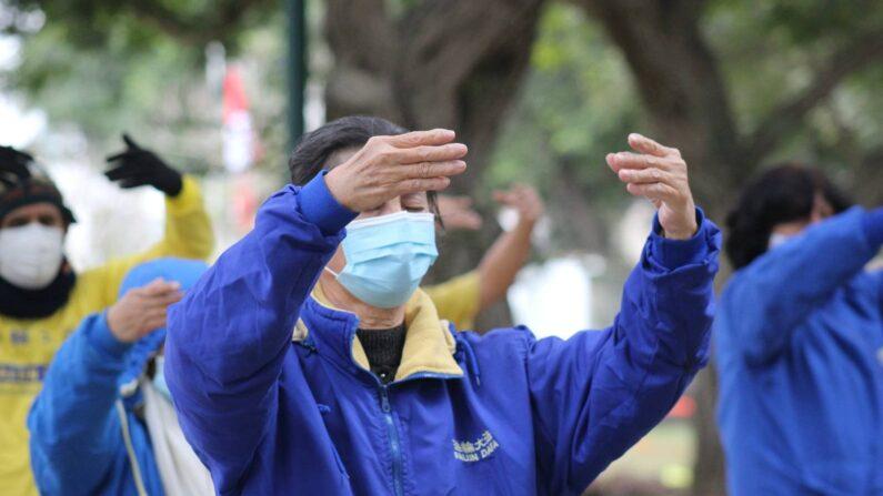 Ying Su realizando los ejercicios de Falun Dafa frente a la embajada china en Perú en conmemoración de los 22 años de persecución contra Falun Dafa por parte del régimen chino, el 20 de julio de 2021 en Lima, Perú (Proporcionado a The Epoch Times)