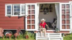 """Mujer """"agobiada"""" por las deudas de la hipoteca construye su propia casa sobre ruedas"""