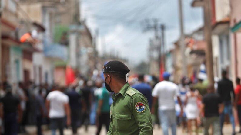 Un integrante de las brigadas especiales observa a personas tras la protesta contra el régimen de Cuba por una calle del pueblo San Antonio de los Baños (Cuba). EFE/Yander Zamora/Archivo