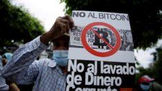 Cientos de salvadoreños protestan por los planes del gobierno de Bukele de usar Bitcoin como moneda de curso legal
