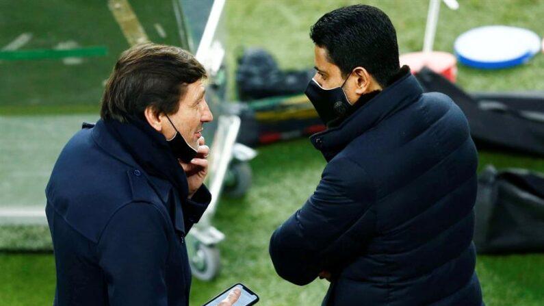 El director técnico del París Saint-Germain, Leonardo Nascimento de Araújo (i), conversa con el presidente del club, Nasser Al-Khelaifi (d), en una foto de archivo. EFE/ Enric Fontcuberta