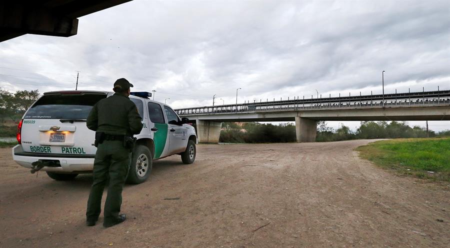 Descubren a inmigrante escondido en caja de herramientas en frontera de Texas