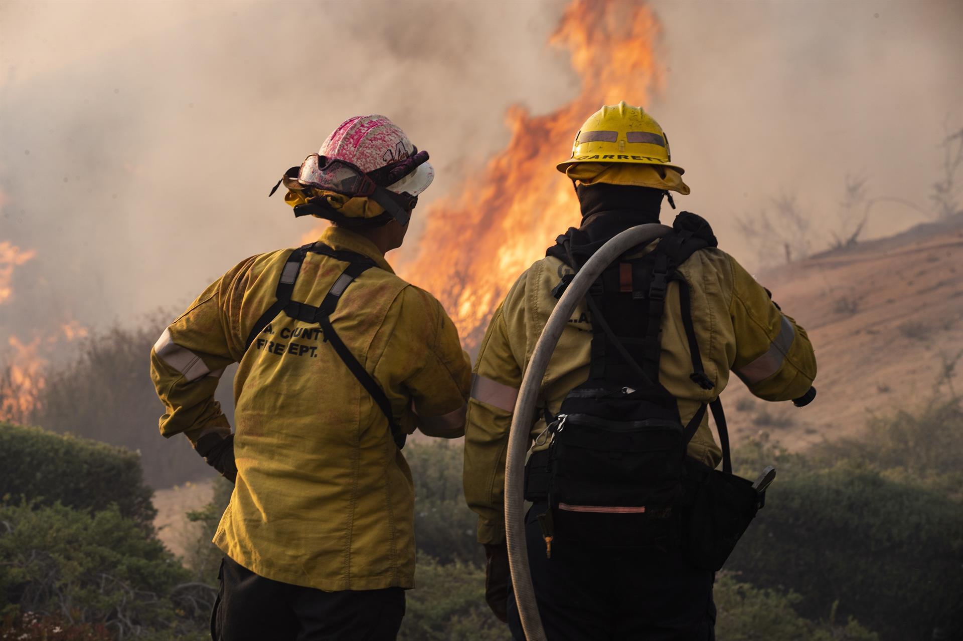 Incendio en California destruye toda una ciudad, obligan a evacuar a miles de personas