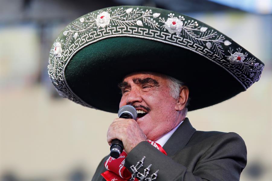 El cantante mexicano Vicente Fernández sale de terapia intensiva tras accidente