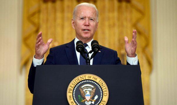 El presidente Joe Biden pronuncia un discurso sobre el ataque terrorista en el aeropuerto internacional Hamid Karzai, y sobre los miembros del servicio de EE. UU. y las víctimas afganas muertas y heridas, en la Sala Este de la Casa Blanca, Washington, el 26 de agosto de 2021. (Jim Watson/AFP a través de Getty Images)