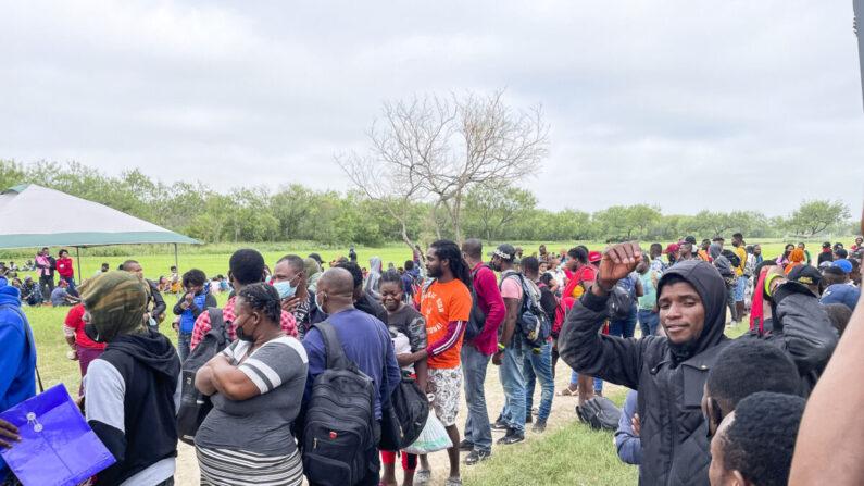 Un grupo de inmigrantes ilegales espera a la Patrulla Fronteriza después de cruzar el río Bravo desde México hacia Del Río, Texas, el 25 de julio de 2021 (Charlotte Cuthbertson / The Epoch Times).