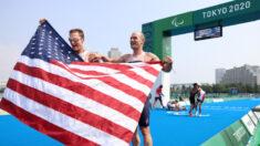 Veterano de guerra herido se convierte en el primer estadounidense en ganar el oro en Paratriatlón