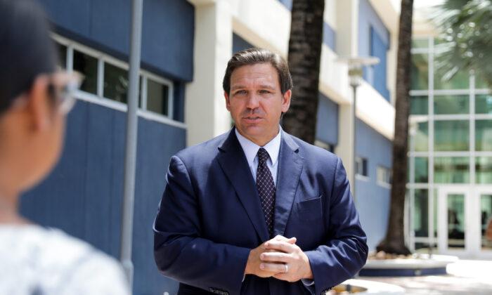 Consejo Escolar en Florida cambia de nuevo, duda si desafiar orden que prohibe mandatos de mascarillas