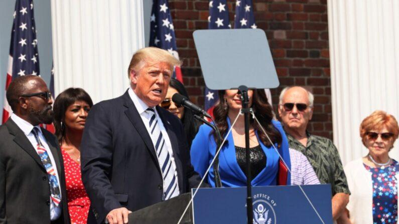 El expresidente Donald Trump habla durante una conferencia de prensa anunciando una demanda colectiva contra las grandes empresas de tecnología en el Trump National Golf Club Bedminster en Bedminster, Nueva Jersey, el 7 de julio de 2021 (Michael M. Santiago / Getty Images).