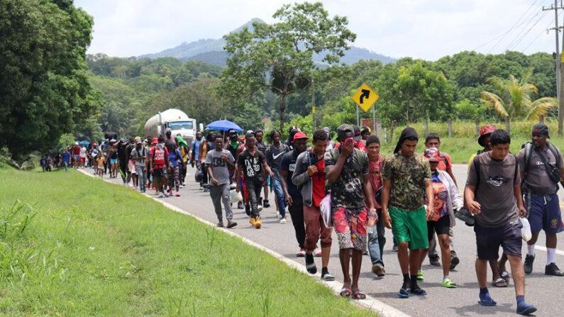 Migrantes centroamericanos caminan el 31 de agosto de 2021 por una autopista del municipio de Huixtla, en el estado de Chiapas (México). EFE/Juan Manuel Blanco