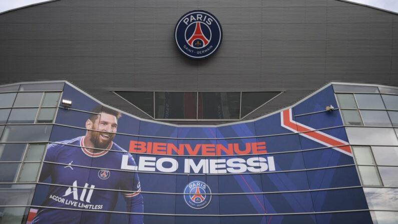 """Esta imagen muestra una gran pancarta que dice """"Bienvenido Leo Messi"""" en una pared del estadio del club de fútbol francés París Saint-Germain (PSG) en París (Francia) el 11 de agosto de 2021. (Bertrand Guay/AFP vía Getty Images)"""