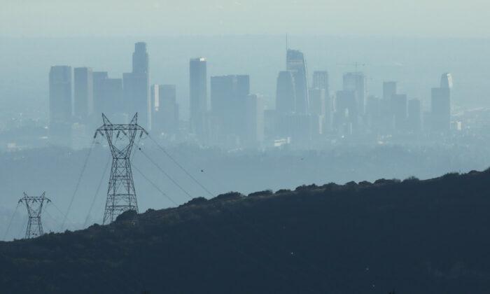 Los edificios del centro de Los Ángeles, vistos desde Pasadena, California, están parcialmente oscurecidos a última hora de la tarde por el smog, el 5 de noviembre de 2019. (Mario Tama/Getty Images)
