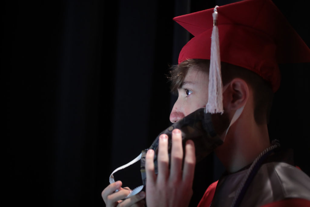 Joven con cáncer terminal logra cumplir su último sueño gracias al rector de su escuela