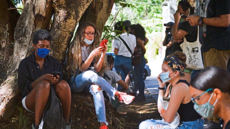 Cubanos utilizan sus teléfonos móviles para conectarse a Internet afuera del Ministerio de Cultura, en La Habana, Cuba, el 27 de noviembre de 2020. (Yamil Lage/AFP vía Getty Images)