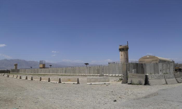 Una vista general de la base aérea de Bagram, luego de que todas las tropas de EE. UU. y de la OTAN la abandonaran, el 2 de julio de 2021. (Zakeria Hashimi/AFP a través de Getty Images)