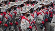 Miliciana chavista se disculpa tras ser grabada buscando comida en la basura e insultando a Maduro