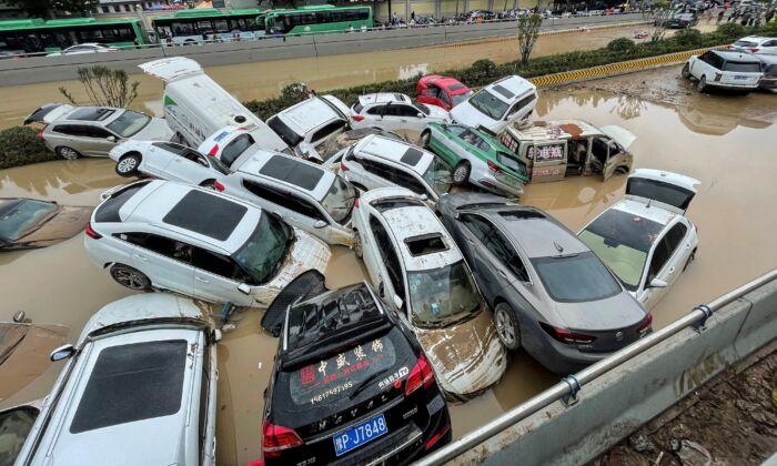 Los autos se hunden en las inundaciones luego de que las fuertes lluvias azotaran la ciudad de Zhengzhou en la provincia de Henan, en el centro de China, el 21 de julio de 2021. (STR/AFP a través de Getty Images)