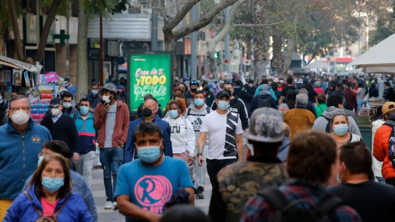 La gente camina por una calle peatonal de Santiago (Chile), el 30 de julio de 2021, en medio de la pandemia de COVID-19. (Javier Torres/AFP vía Getty Images)