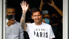 Messi aterriza en París para firmar con el PSG