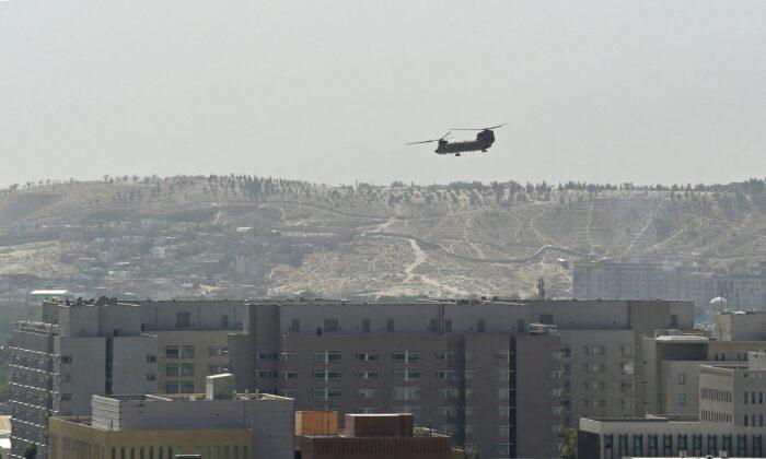 Un helicóptero militar Chinook de EE. UU. sobrevuela la embajada de EE. UU. en Kabul el 15 de agosto de 2021. (Wakil Kohsar/AFP a través de Getty Images)