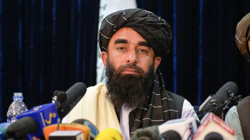 El portavoz talibán Zabihullah Mujahid durante una conferencia de prensa en Kabul el 17 de agosto de 2021 tras la asombrosa toma de Afganistán por los talibanes. (Foto de HOSHANG HASHIMI/AFP vía Getty Images)