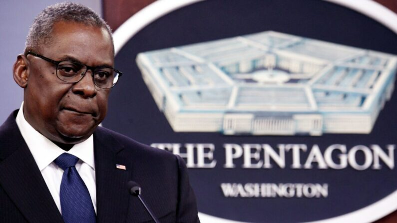 El secretario de Defensa de Estados Unidos, Lloyd Austin, habla con la prensa en el Pentágono en Washington el 18 de agosto de 2021. (Oliver Douliery/AFP vía Getty Images)