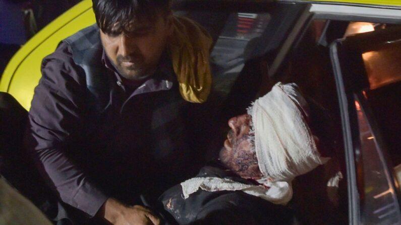 Personal médico saca a un hombre herido de un automóvil luego de dos explosiones frente al aeropuerto de Kabul, el 26 de agosto de 2021. (Wakil Kohsar/AFP vía Getty Images)