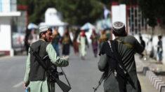 """Talibanes están listos para tomar el """"control total"""" del aeropuerto de Kabul tras salida de EE.UU."""