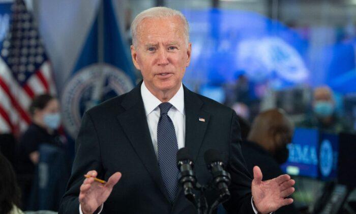 El presidente Joe Biden habla sobre el huracán Ida durante una visita a la sede de la FEMA en Washington, DC, el 29 de agosto de 2021. (SAUL LOEB/AFP a través de Getty Images)