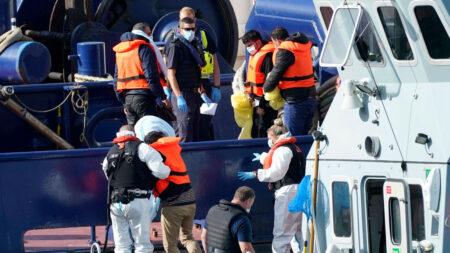 Rescatan a inmigrantes ilegales que buscaban cruzar el Canal de la Mancha mientras se hundía su barco