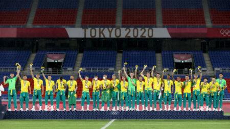 Equipo de Brasil rechaza camisetas patrocinadas por China en entrega olímpica de medallas de oro