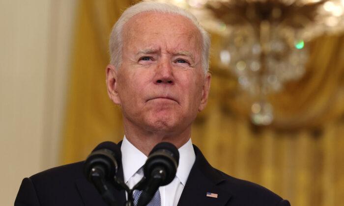El presidente de EE.UU., Joe Biden, hace una pausa mientras pronuncia sus declaraciones sobre el empeoramiento de la crisis en Afganistán en la Sala Este de la Casa Blanca en Washington el 16 de agosto de 2021. (Anna Moneymaker/Getty Images)