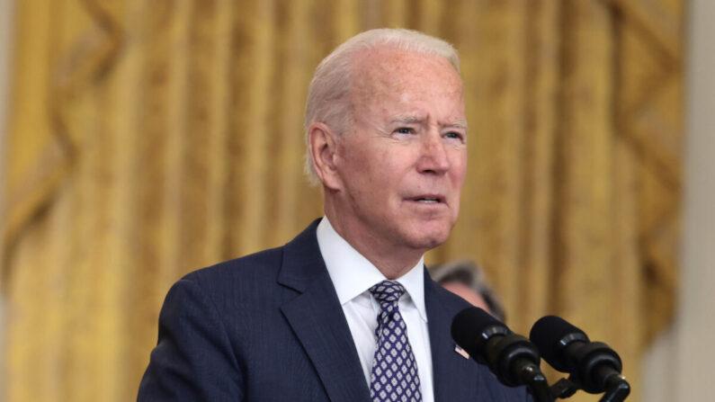 El presidente de EE.UU. Joe Biden gesticula mientras pronuncia un discurso sobre los esfuerzos de evacuación del ejército estadounidense en Afganistán desde la Sala Este de la Casa Blanca en Washington, D.C., el 20 de agosto de 2021. (Anna Moneymaker/Getty Images)