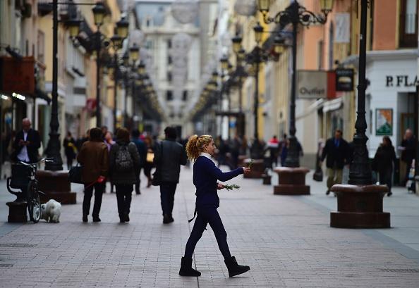 Una mujer camina por una calle de Zaragoza en la región de Aragón, el 25 de noviembre de 2015. (PIERRE-PHILIPPE MARCOU/AFP a través de Getty Images)