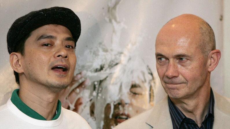 El cantante hongkonés Anthony Wong (i) se dirige a la prensa antes de presentar una petición en nombre de Oxfam al Director General de la OMC, Pascal Lamy (d), en la sede de la sexta Conferencia Ministerial de la OMC en Hong Kong, el 12 de diciembre de 2005. (Mike Clarke/AFP vía Getty Images)