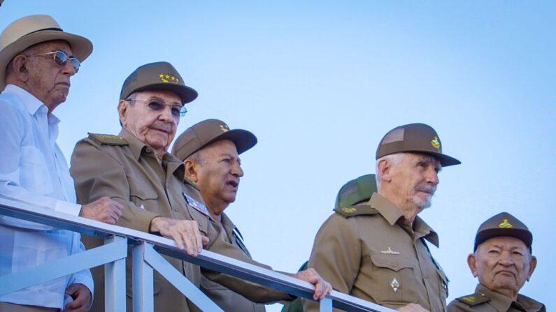 El exlíder cubano Raúl Castro (2do-izq.) en un desfile militar en la Plaza de la Revolución en La Habana, el 2 de enero de 2017. (ADALBERTO ROQUE/AFP vía Getty Imágenes)