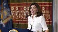Nueva gobernadora de Nueva York impulsa medidas anti-COVID más estrictas en su primer día de trabajo