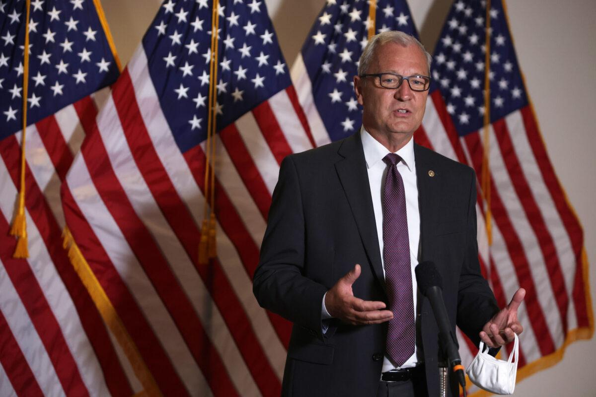 Senador propone proyecto de ley que exige ID de votantes en estados que exigen pasaportes de vacunas