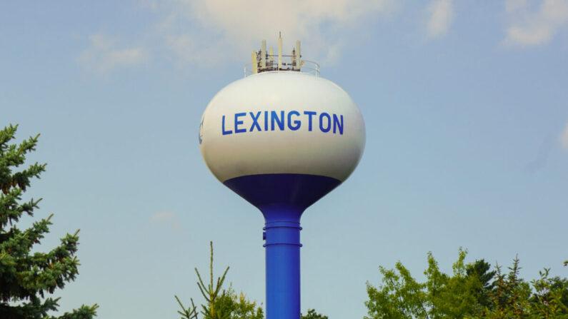 La torre de agua municipal en el pueblo de Lexington, Michigan, ubicada a orillas del lago Huron en el área de Thumb de Michigan el 23 de agosto de 2021. (Steven Kovac/Epoch Times)